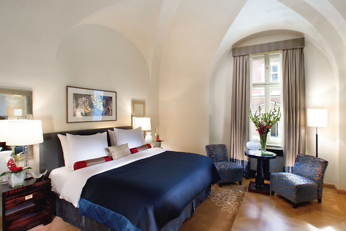 prague-suite-mandarin-deluxe-suite-bedroom-01